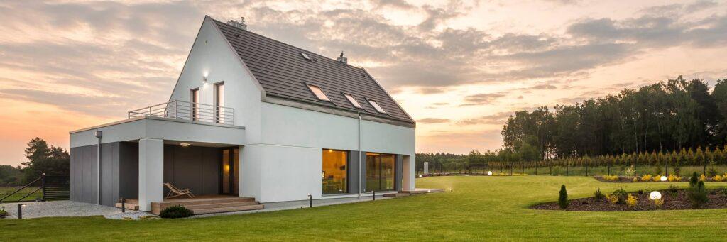 Dom jednorodzinny pokryty dachem zblachodachówki