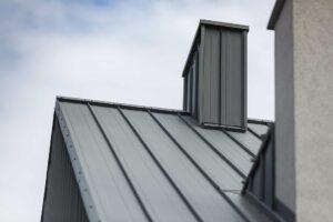 Komin nadachu skośnym pokrytym panelami dachowymi