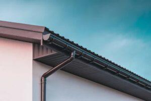 Rynna zamontowana nadachu domu jednorodzinnego